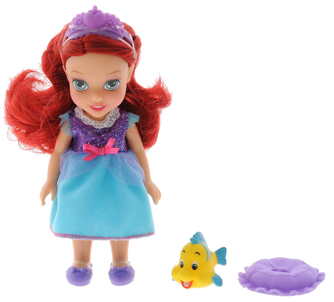 Disney Princess Мини-кукла Petite Ariel Flounder754910Игровой набор Disney Fairies Petite Ariel & Flounder придется по душе вашей маленькой принцессе. Набор состоит из куколки в виде малышки Ариэль, фигурки в виде ее друга рыбки Флаундера, спальной маски и подушки. Ваша малышка с удовольствием будет играть с набором, придумывая различные истории и проигрывая сюжеты из мультфильма.