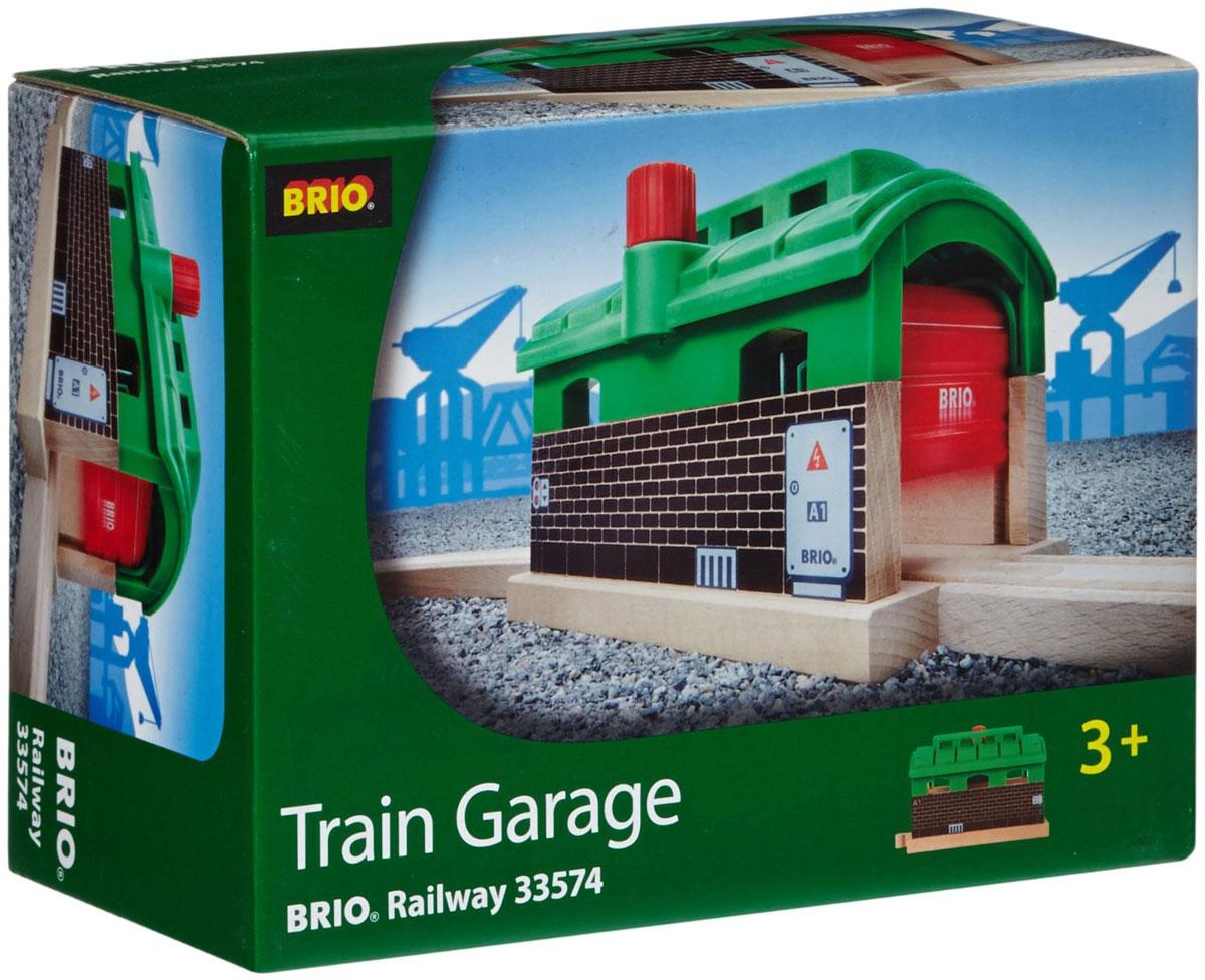 Brio Железнодорожное депо33574Вашему ребенку обязательно понравится игрушка Brio Железнодорожное депо. Депо с деревянными рельсами, стенами и пластиковой крышей оборудовано подъемным механизмом для ворот. Благодаря этому механизму можно поднимать и опускать ворота депо с одной или с другой стороны. Депо совместимо со всеми железными дорогами и паровозиками Brio.