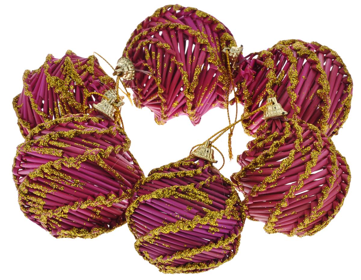 Набор новогодних подвесных украшений Феникс-Презент Magic Time, цвет: розовый, золотистый30831Оригинальный новогодний набор Magic Time прекрасно подойдет для декора праздничной елки. Набор состоит из 6 подвесных украшений, выполненных из натуральной соломы в виде плетеных шаров. Изделия окрашены розовой краской, покрыты лаком и оформлены блестками. С помощью специальных петелек украшения можно повесить в любом понравившемся вам месте. Но, конечно, удачнее всего такие игрушки будут смотреться на праздничной елке. Елочная игрушка - символ Нового года. Она несет в себе волшебство и красоту праздника. Создайте в своем доме атмосферу веселья и радости, украшая новогоднюю елку нарядными игрушками, которые будут из года в год накапливать теплоту воспоминаний. Коллекция декоративных украшений из серии Magic Time принесет в ваш дом ни с чем не сравнимое ощущение волшебства! Диаметр шаров: 6 см, 6,5 см, 7,5 см.