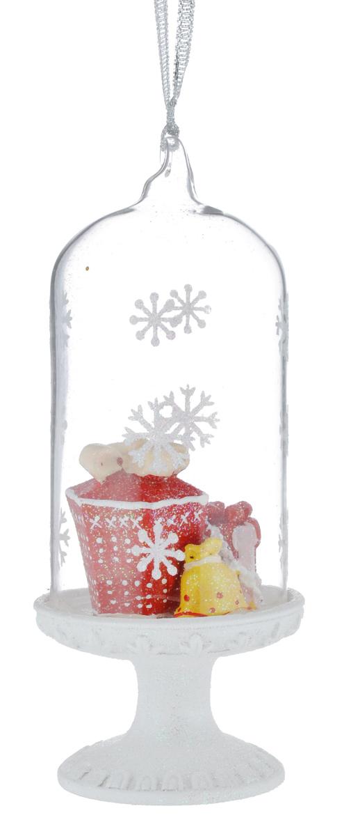 Новогоднее подвесное украшение Феникс-презент Подарки39163Новогоднее украшение Феникс-презент Подарки отлично подойдет для декорации вашего дома и праздничной ели. Изделие выполнено из стекла в виде купола, декорированного фигурками подарков из полирезина, и оснащено текстильной петелькой для подвешивания. Елочная игрушка - символ Нового года. Она несет в себе волшебство и красоту праздника. Создайте в своем доме атмосферу веселья и радости, украшая всей семьей новогоднюю елку нарядными игрушками, которые будут из года в год накапливать теплоту воспоминаний.