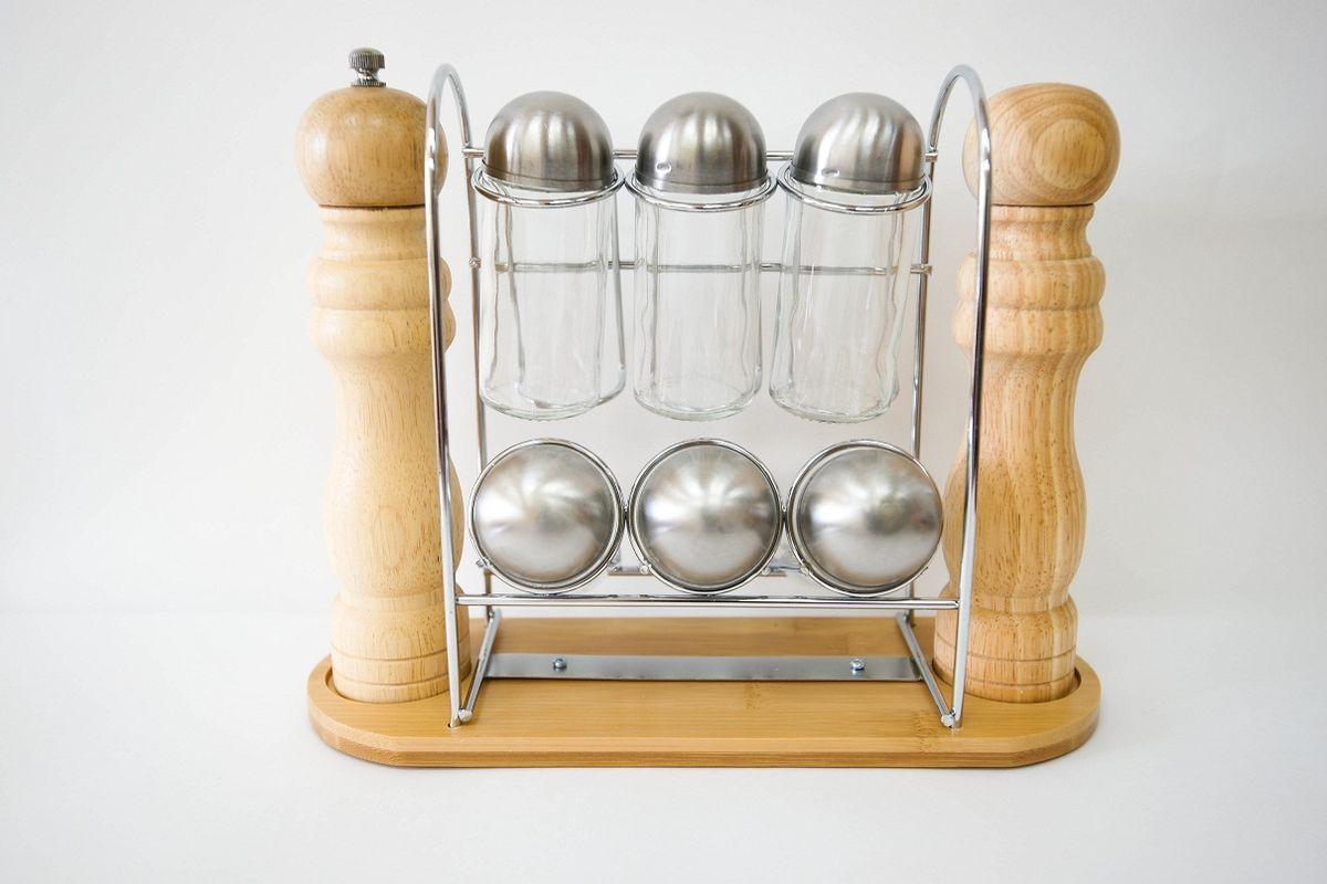Набор для специй Bravo, 9 предметов365Набор для специй Bravo состоит из 6 стеклянных емкостей для специй, солонки, мельницы и подставки. Солонка и мельница выполнены из гевеи. Подставка, изготовленная из бамбука и высококачественного металла, красиво и гармонично смотрится на кухне, при этом экономит пространство. Баночки для специй имеют надежно завинчивающиеся крышки и перфорированные накладки, позволяющие удобно приправлять блюда специями, не опасаясь рассыпать их. Механизм для измельчения у мельницы выполнен из металла и керамики, что обеспечит хорошее качество помола, а также долговечность в использовании. Эксклюзивный дизайн, эстетичность и функциональность набора позволит ему занять достойное место среди кухонного инвентаря, а сервировка праздничного стола с таким набором станет великолепным украшением любого торжества. Размер емкости для специй (с учетом крышки): 4 см х 4 см х 10,5 см. Размер мельницы: 4,5 см х 4,5 см х 21,5 см. Размер...