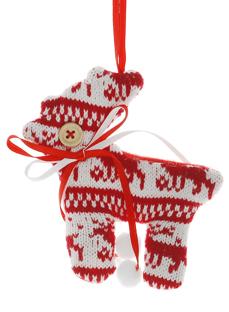 Новогоднее подвесное украшение Euro House Вязанный оленьЕХ 9132Подвесное украшение Euro House Вязанный олень, выполненное из высококачественного полиэстера, прекрасно подойдет для праздничного декора вашей ели. Изделие оснащено специальной петелькой, с помощью которой его можно повесить в любом понравившемся вам месте. Но, конечно, удачнее всего такая игрушка будет смотреться на праздничной елке. Елочная игрушка - символ Нового года и Рождества. Она несет в себе волшебство и красоту праздника. Создайте в своем доме атмосферу веселья и радости, украшая новогоднюю елку нарядными игрушками, которые будут из года в год накапливать теплоту воспоминаний.