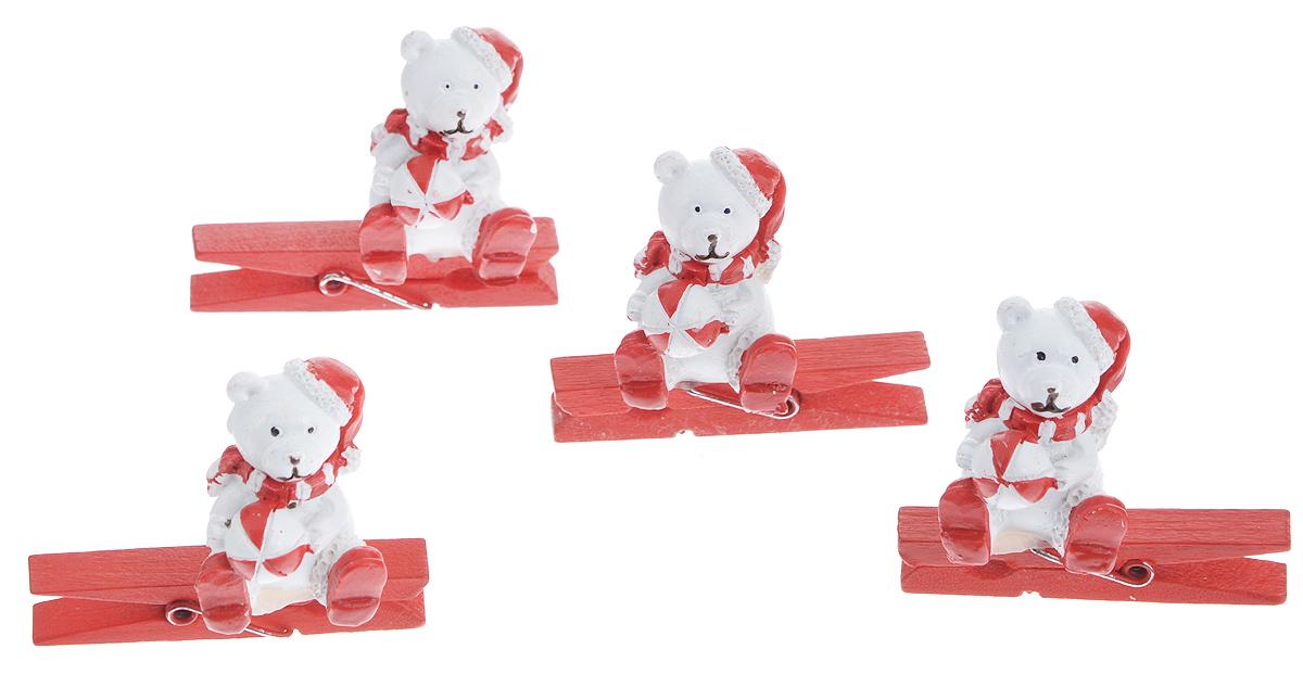 Набор декоративных прищепок Феникс-презент Мишка с мячиком, 4 шт38482Набор Феникс-презент Мишка с мячиком состоит из 4 декоративных прищепок, выполненных из дерева. Прищепки оформлены декоративными фигурками из полирезины. Изделия используются для развешивания стикеров на веревке, маленьких игрушек, а оригинальность и веселые цвета прищепок будут радовать глаз и поднимут настроение. Размер прищепки: 4,5 см х 0,6 см х 1 см Размер фигурки: 2,3 см х 2,3 см х 3 см