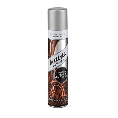Batiste DIVINE DARK Сухой шампунь 200 мл503291сухой шампунь, разработанный для обладательниц темных и темно-каштановых волос. Его действие не отличаются от оригинального шампуня, но это настоящая находка для тех, кого утомляет долго вычесывать белые частички у корней. Также шампунь хорошо использовать, если уже виднеются корни более светлого оттенка, Batiste DARK поможет замаскировать их и спасти ситуацию, если совсем не хватает времени сходить к мастеру Сухой шампунь быстро и эффективно очищает и освежает волосы.