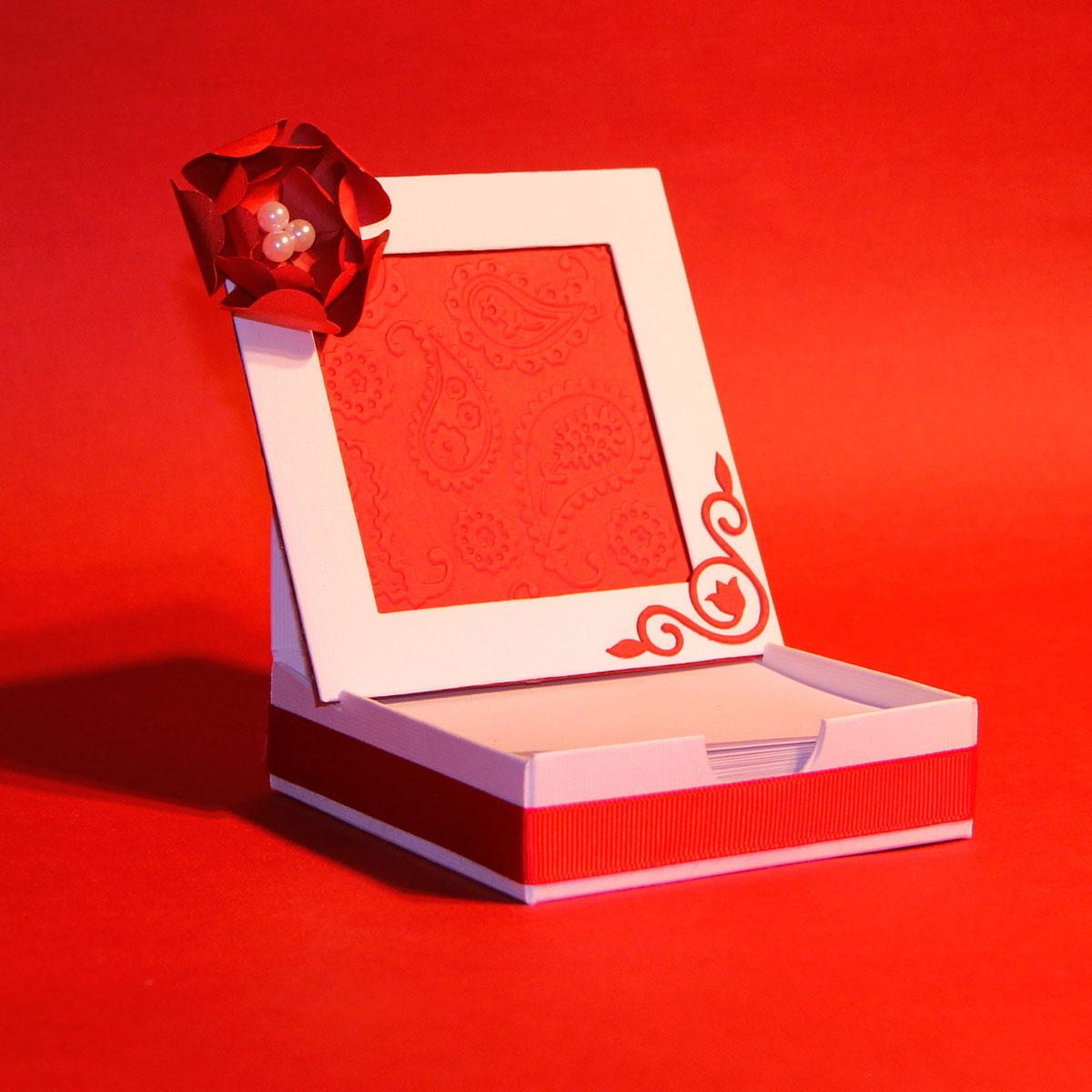 Блок для записей с цветком, 10,5х10,5х3 см. Автор Татьяна Саранчукова.BLOCK-005BLOCK-005блок для записей ручной работы с красным объемным цветком. Язык: русский, английский.