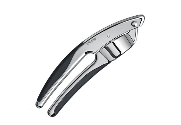Пресс для чеснока, хром, NADOBA, серия SIRENA. 721212721212Хромированный цинковый сплав. Высококачественная нержавеющая сталь. TPR-покрытие на рукоятках не позволяет выскальзывать инструментам. Гарантия 5 лет.