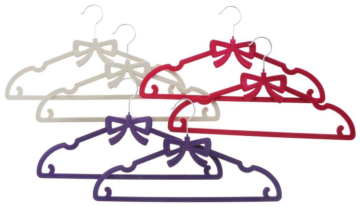 Набор вешалок для одежды El Casa Бант, цвет: фиолетовый, малиновый, молочный, 6 шт150024Набор El Casa Бант состоит из шести разноцветных вешалок, изготовленных из пластика с велюровым антискользящим покрытием. Благодаря перекладине и двум крючкам вешалка подходит для универсального использования, а также для изделий из деликатных тканей. Набор El Casa Бант станет практичным и полезным в вашем гардеробе. С ним ваша одежда избежит ненужных растяжек и провисаний. Комплектация: 6 шт. Размер вешалки: 40 см х 0,5 см х 22 см.