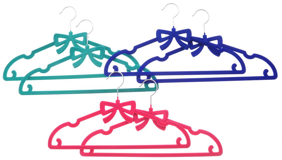 Набор вешалок для одежды El Casa Бант, цвет: зеленый, розовый, синий, 6 шт150025Набор El Casa Бант состоит из шести разноцветных вешалок, изготовленных из пластика с велюровым антискользящим покрытием. Благодаря перекладине и двум крючкам вешалка подходит для универсального использования, а также для изделий из деликатных тканей. Набор El Casa Бант станет практичным и полезным в вашем гардеробе. С ним ваша одежда избежит ненужных растяжек и провисаний. Комплектация: 6 шт. Размер вешалки: 40 см х 0,5 см х 22 см.