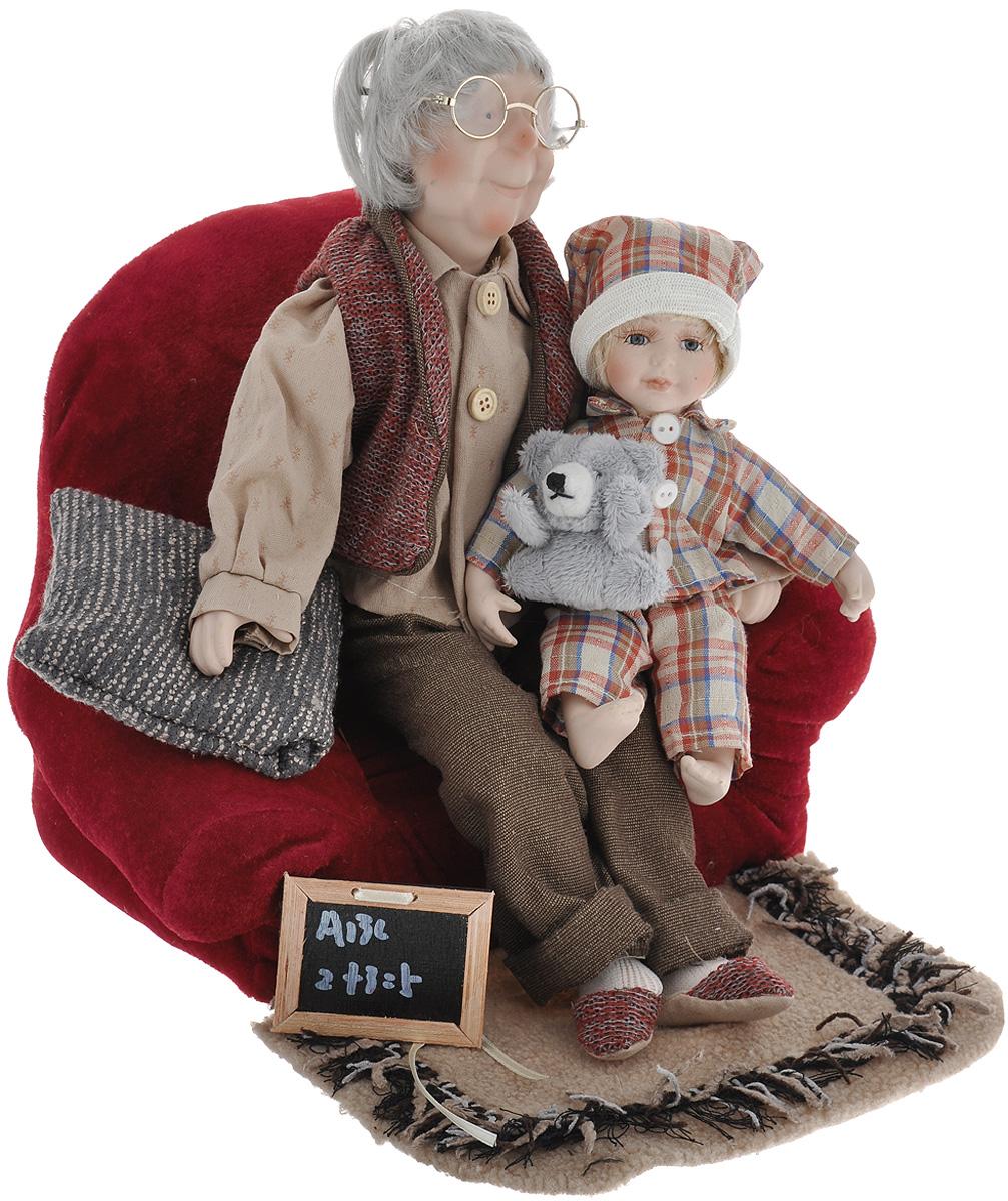 Кукла декоративная Дедушка, высота 46 см15816Великолепная кукла Дедушка, выполненная из фарфора, займет достойное место в вашей коллекции. Лицо куклы украшают оригинальные очки. Румянец на лице приближает куклу к живому прототипу. Туловище куклы мягконабивное. Дедушка наряжен в рубашку и брюки. На ногах дедушки мягкие тапочки. Кукла располагается на мягком диване с газетой в руках. Картину дополняют внучка, подушка, коврик.