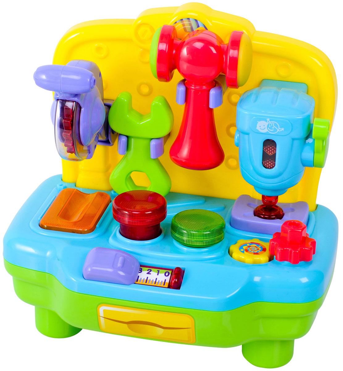 Playgo Развивающий центр Моя первая мастерскаяPlay 2449Моя первая мастерская от компании Playgo - это многофункциональный развивающий центр, с помощью которого мальчишки узнают назначение различных инструментов и научатся основам работы с ними. Игрушка представляет собой красочный верстак, на котором закреплены различные инструменты: сверлильный станок с опускающимся и поднимающимся сверлом, дисковая пила, а также гаечный ключ и молоток, для которых на верстаке предусмотрены гайка и гвозди. Играя с такой мастерской, ребенок будет развивать моторику рук и воображение, а предусмотренные звуковые эффекты обязательно порадуют малыша. Развитие навыков: данная игрушечная мастерская будет способствовать развитию логического мышления, воображения, а также мелкой моторики рук малыша. Он также узнает, для чего нужны те или иные инструменты и каким образом их применять. Ваш ребенок будет в восторге от такого подарка! Рекомендуется докупить 3 батарейки напряжением 1,5V типа АА (товар комплектуется...