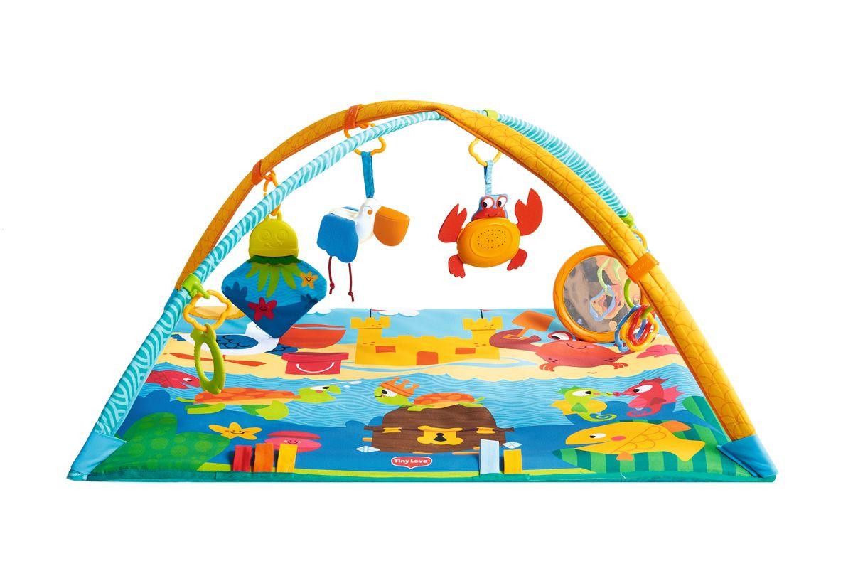 Tiny Love Развивающий коврик Морские приключения1204206830Развивающий коврик Tiny Love Морские приключения поможет развлечь и занять малыша в течение нескольких часов. Коврик легко раскладывается. Сверху крепятся большие дуги, на которые можно разместить подвесные игрушки и другие аксессуары. В 1-3 месяца малышу необходимо повесить игрушки в зону видимости, чтоб была возможность разглядывать и изучать разнообразные фигурки и цвета. С 3-6 месяцев ребенок начинает самостоятельно переворачиваться со спинки на бочок, с живота на спинку. Лежа на животике ребенок может увлечься игрой с медузой и зеркалом. С 6-9 месяцев наиболее интересным для ребенка станет музыкальный краб, который издает забавные звуки и позволяет ребенку изучать причинно-следственные связи. Яркие рисунки стимулируют зрение, а наличие объемных фигурок поможет в развитии мелкой моторики рук. Коврик можно стирать в стиральной машинке. Рекомендуется докупить 3 батарейки типа АG13 (товар комплектуется демонстрационными).