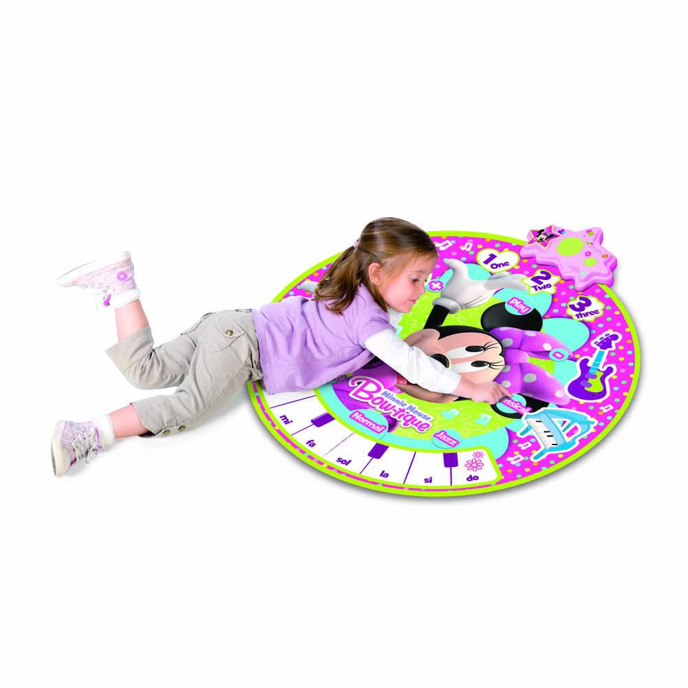 Коврик 180963 Minnie музыкальный180963Коврик со звуковыми и световыми эффектами выполнен в розовых тонах, в центре украшен изображением симпатичной мышки Minnie Mouse. Музыкальный коврик воспроизводит четыре звука инструментов (труба, ксилофон, гитара, пианино) и десять мелодий. В коврике есть функция записи, пять ритмов, регулятор громкости, выключатель. Для работы коврика необходимы батарейки типа AA (в комплект не входят). Диаметр коврика составляет 90 см.