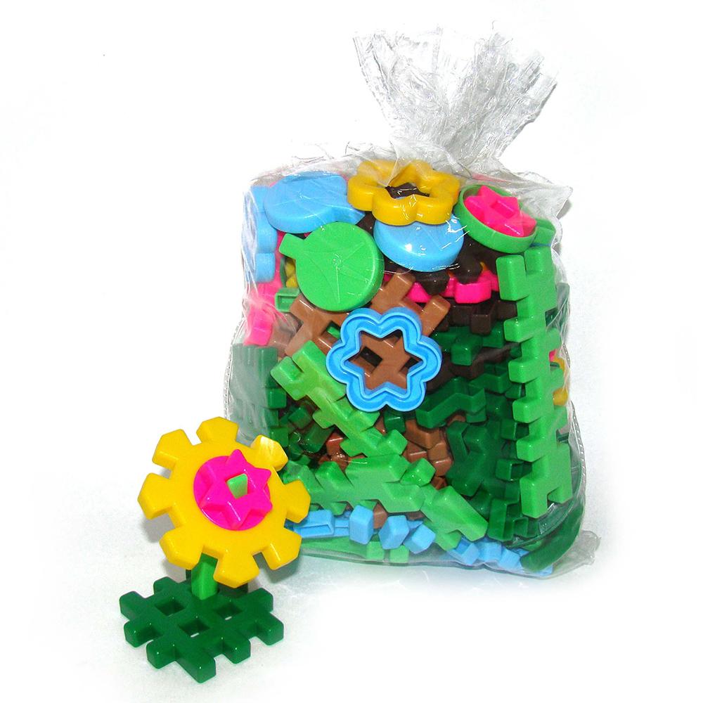 Конструктор 5403 Флора 1 126 элем., в мешке5403Устроить целый луг или клумбу с разнообразными красивейшими цветами можно с помощью этого замечательного сюжетного конструктора. Сначала нужно создать основу: зеленую – травку или коричневую – землю, а затем «посадить» в нее цветы, созданные по образцу, или такие, которые породит неуемная детская фантазия! Конструктор совместим с конструкторами серии «Самоделкин». Цветы могут украсить зоопарк (конструктор Самоделкин «Зоопарк») или можно посадить клумбы вокруг фермерского домика (Самоделкин «Фермер»). Конструктор предоставляет огромный простор для сюжетно-ролевых игр. По цветочной полянке могут гулять куклы и зверюшки. Под цветами могут встать домики сказочных героев. Можно сделать из конструктора декорации и разыграть сказку «Дюймовочка» или «сорвать» цветы и устроить цветочный магазин. Такая игра развивает не только пространственное мышление, конструкторские способности, усидчивость и навыки сюжетно-ролевой игры, но и пробуждает интерес к познанию окружающего мира! В наборе 126...