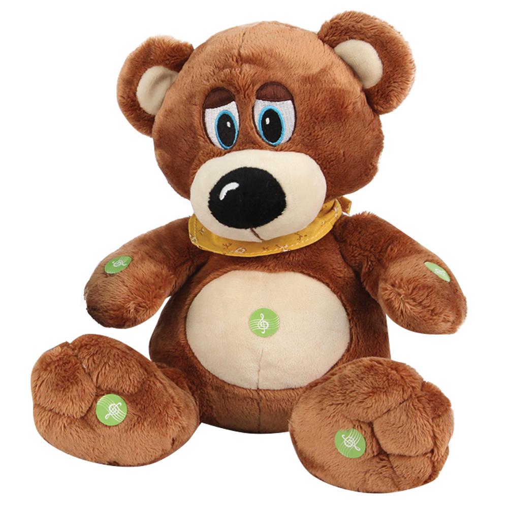 Медведь GT7594 в косынке Я расскажу тебе 4 сказки и спою колыбельную в коробкеK33050C1Забавный медведь работает на двух батарейках. Производители заложили ему знания 4-х сказок и колыбельной. Его репертуар позволяет каждый день баловать малыша новой сказкой. Чтобы игрушка начала повествование достаточно нажать на одну из кнопочек, обозначенных зелеными стикерами. Выключить его также легко при повторном нажатии. Сам медведь выполнен из качественных и безопасных материалов – плюша и набивки. Plush Apple позаботились и об универсальности игрушки: высота 24 см позволяет ребенку везде брать с собой любимого мишку. Возможность интерактивного использования поможет малышу научиться слушать и пополнит его словарный запас. Мелодичный голос разовьет чувство ритма и подарит ребенку ощущение живой игрушки. Оригинальная косыночка в комплекте позволит вам играть с чадом в ролевые игры, придумывая для мишки различные образы.