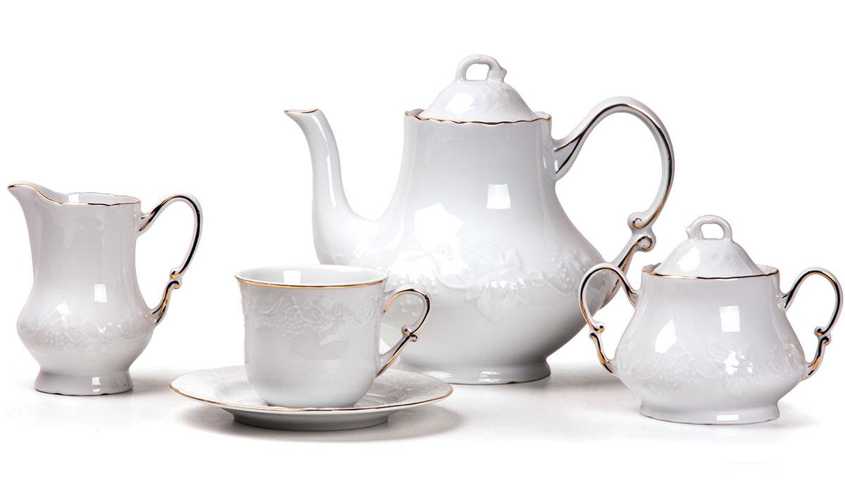 Сервиз чайный, 15 пр, цвет: белый с золотом6 995 091 009Чайник 1,2л, сахарница 250мл, молочник 220мл, чайная пара 200 мл *6 штук. Фарфор фабрики Tunisie Porcelaine, производится в Тунисе из знаменитой своим качеством и белизной глины, добываемой во французской провинции Лимож.Преимущества этого фарфора заключаются в устойчивости к сколам и трещинам, что возможно благодаря двойному термическому обжигу. Европейский дизайн, декор и формы обеспечиваются за счет тесного сотрудничества фабрики с ведущими мировыми дизайн-бюро такими как: Nelly Reynal, Yves De la Rosiere, Sarah Anderson, Heracles.