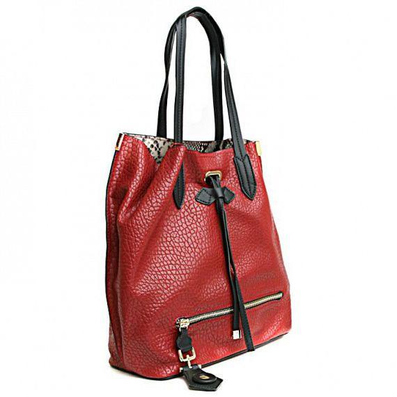 Сумка женская Milana, цвет: бордовый, черный. 152602-1-141152602-1-141Элегантная сумка Milana выполнена из искусственной кожи с зернистой поверхностью. Изделие спереди дополнено декорировано кулиской и молнией-обманкой. Сумка закрывается на магнитную застежку. К изделию прилагается сумка-косметичка на застежке-молнии, которая может играть роль основного отделения, внутри которой один втачной карман на застежке-молнии, и два накладных кармана для телефона и разных мелочей. При желании сумку-косметичку можно вытащить. Изделие оснащено удобным плечевым ремнем, который регулируются по длине. В этом сезоне этот модный аксессуар поможет вам быть в тренде!