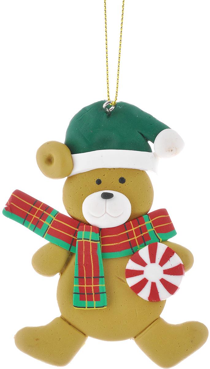 Новогоднее подвесное украшение Lunten Ranta Мишка с круглым леденцом62487_леденецПодвесное украшение Lunten Ranta Мишка с круглым леденцом, изготовленное из ПВХ, прекрасно подойдет для праздничного декора вашей ели. Оригинальное новогоднее украшение выполнено в виде забавного медведя в шапке и шарфике. С помощью специальной текстильной петельки его можно повесить в любом понравившемся вам месте. Но удачнее всего такая игрушка будет смотреться на праздничной елке. Елочная игрушка - символ Нового года и Рождества. Она несет в себе волшебство и красоту праздника. Создайте в своем доме атмосферу веселья и радости, украшая новогоднюю елку нарядными игрушками, которые будут из года в год накапливать теплоту воспоминаний.