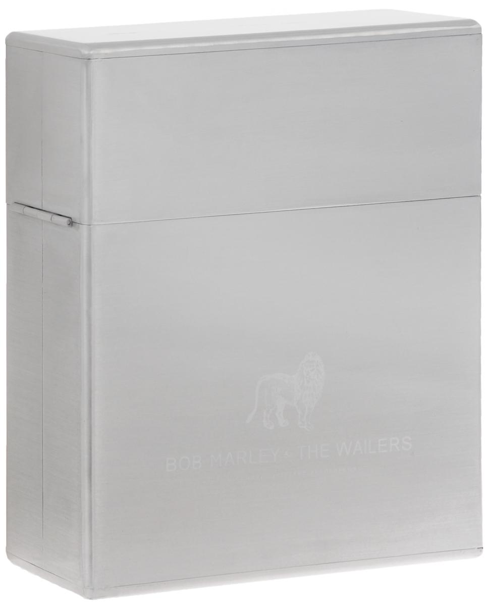 Издание содержит две фотографии размером 31 см х 31 см, которые вложены в конверт. Издание содержит текстильную защиту для пластинок.