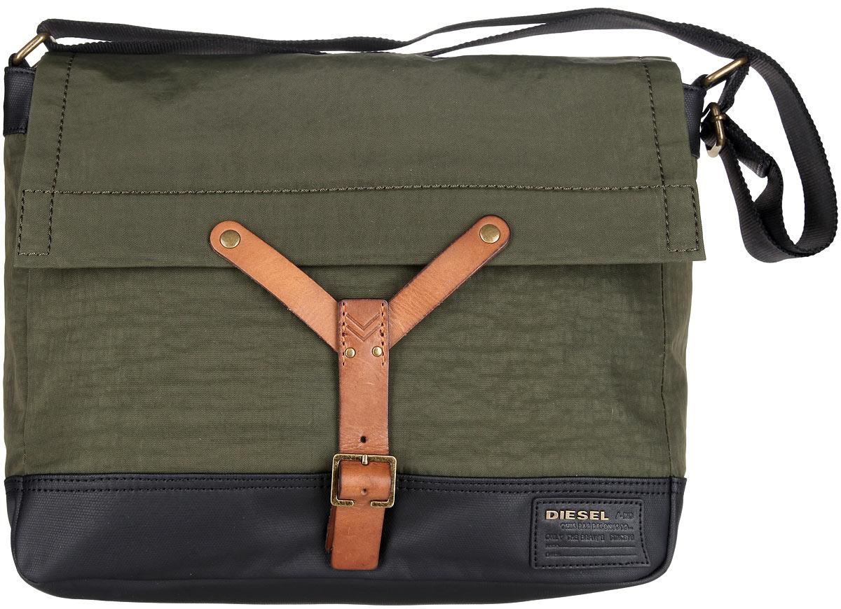 Сумка мужская Diesel, цвет: хаки, черный, коричневый. X03474-P0688/T7434X03474-P0688/T7434Стильная и практичная сумка Diesel выполнена из натуральной кожи, полиамида и полиуретана, оформлена символикой бренда. Изделие содержит одно отделение, которой закрывается хлястиком на магнитную кнопку. В основном отделении сумки размещен мягкий накладной карман для ноутбука, для фиксации которого предусмотрен хлястик с липучкой, и два накладных кармана. Сумка оснащена удобным плечевым ремнем, длина которого регулируется при помощи пряжки. Практичная сумка Diesel прекрасно дополнит ваш образ.
