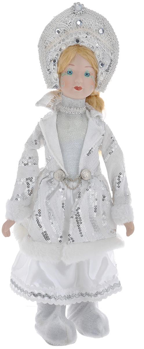 Кукла декоративная Снегурочка, высота 41 см. 7504775047Декоративная кукла Снегурочка выполнена из высококачественного фарфора. Светлые шелковистые волосы заплетены в длинную косу. Кукла максимально приближена к живому прототипу - юной леди с румянцем на щеках. Снегурочка наряжена в роскошную шубку, украшенную пайетками и меховой опушкой. Кукла одета в белые панталоны. На ногах - башмачки. На голове - кокошник, декорированный бусинами и стразами.