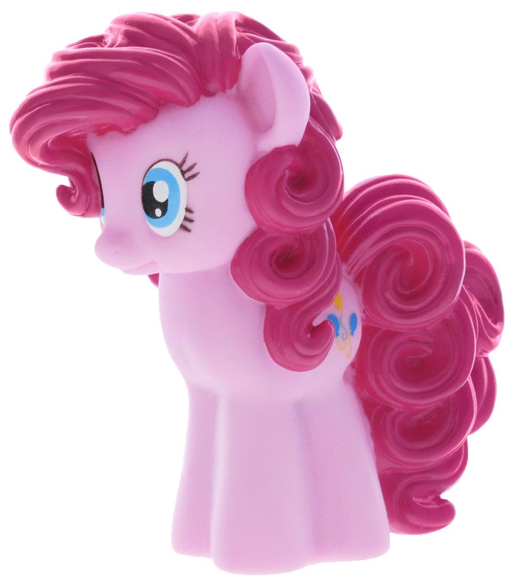 My Little Pony Игрушка для ванны Пони Пинки ПайGT8613Игрушка для ванны My Little Pony Пони Пинки Пай способна занять малыша на все время купания. Она изготовлена из высококачественных материалов. Игрушка выполнена в виде яркой пони Pinkie Pie. Данная игрушка несомненно принесет вашему малышу море позитива, а обычное купание превратит в веселую игру. Игрушка водонепроницаема, поэтому, как только пони попадет в воду, она начнет светиться, а также ребенок услышит песенку и фразы голосом персонажа. С такой игрушкой ребенок может развивать мелкую моторику рук, концентрацию внимания и даже воображение. Порадуйте свою кроху такой милой игрушкой!