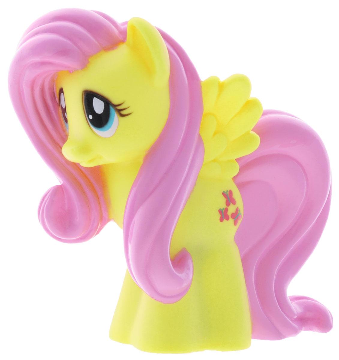 My Little Pony Игрушка для ванны Пони ФлаттершайGT8611Яркая игрушка для ванны My Little Pony Пони Флаттершай, с которой вашему малышу не придется расставаться даже в ванной. Она способна превратить купание в сплошное удовольствие. Выполнена из прочных и безопасных материалов. Представлена в виде забавной пони Fluttershy. Игрушка водонепроницаема, поэтому, как только пони попадет в воду, она начнет светиться, а также ребенок услышит песенку и фразы голосом персонажа. С такой игрушкой ребенок может развивать мелкую моторику рук, концентрацию внимания и даже воображение. Порадуйте свою малышку такой милой игрушкой!