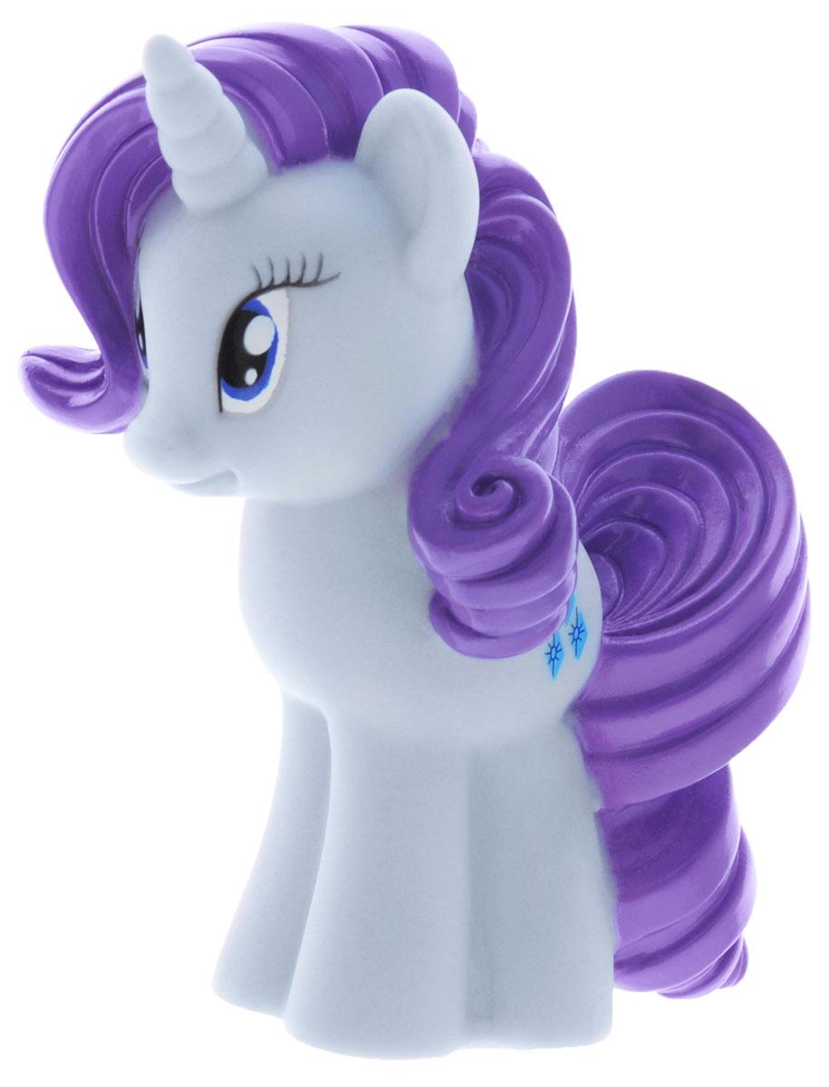 My Little Pony Игрушка для ванны Пони РаритиGT8616Игрушка для ванны My Little Pony Пони Рарити непременно понравится вашему ребенку и превратит купание в веселую игру! Игрушка выполнена из безопасного ПВХ в виде милой пони Rarity. Игрушка водонепроницаема, поэтому, как только пони попадет в воду, она начнет светиться, а также ребенок услышит песенку и фразы голосом персонажа. С такой игрушкой ребенок может развивать мелкую моторику рук, концентрацию внимания и даже воображение. Оригинальный стиль и великолепное качество исполнения делают эту игрушку чудесным подарком к любому празднику, а жизнерадостный образ представит такой подарок в самом лучшем свете.