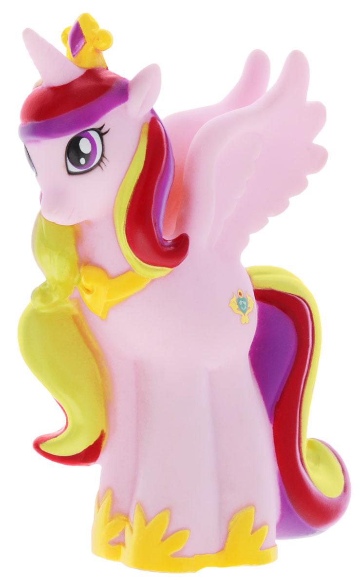 My Little Pony Игрушка для ванны Пони Принцесса КаденсGT8609Яркая игрушка для ванны My Little Pony Пони Принцесса Каденс, с которой вашему малышу не придется расставаться даже в ванной. Она способна превратить купание в сплошное удовольствие. Выполнена из прочных и безопасных материалов. Представлена в виде забавной пони Princess Cadance. Игрушка водонепроницаема, поэтому, как только пони попадет в воду, она начнет светиться, а также ребенок услышит песенку и фразы голосом персонажа. С такой игрушкой ребенок может развивать мелкую моторику рук, концентрацию внимания и даже воображение. Порадуйте свою малышку такой милой игрушкой!