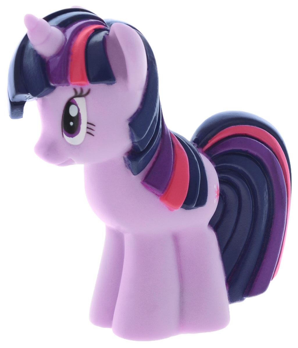 My Little Pony Игрушка для ванны Пони Сумеречная ИскоркаGT8614Игрушка для ванны My Little Pony Пони Сумеречная Искорка способна занять малыша на все время купания. Она изготовлена из высококачественных материалов. Игрушка выполнена в виде яркой пони Twilight Sparkle. Данная игрушка несомненно принесет вашему малышу море позитива, а обычное купание превратит в веселую игру. Игрушка водонепроницаема, поэтому, как только пони попадет в воду, она начнет светиться, а также ребенок услышит песенку и фразы голосом персонажа. С такой игрушкой ребенок может развивать мелкую моторику рук, концентрацию внимания и даже воображение.