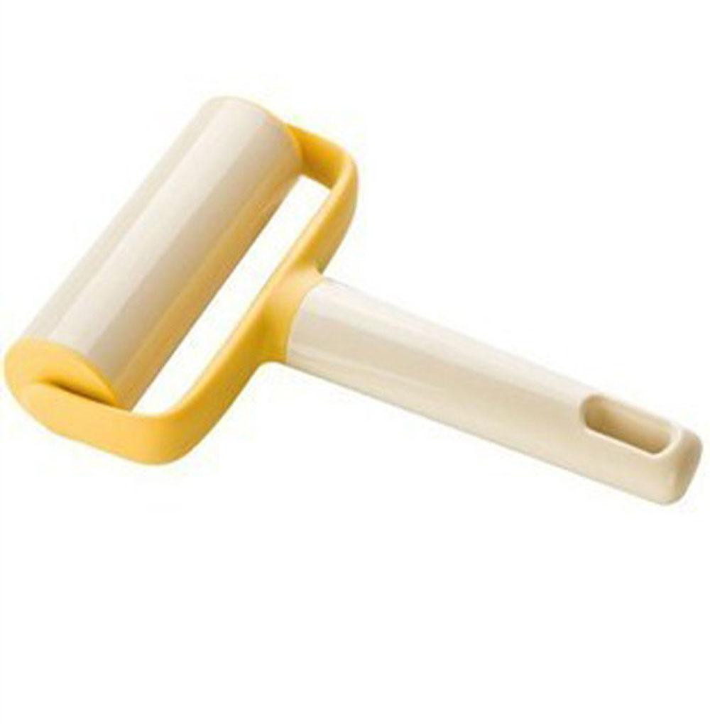 Скалка для теста Tescoma Delicia, широкая630034Скалка для раскатывания теста Tescoma Delicia выполнена из пластика и оснащена удобной ручкой с отверстием для подвешивания. С помощью такого ролика можно раскатать тесто, не прилагая при этом больших усилий, он также поможет разравнять края. Благодаря небольшим размерам ролик можно использовать для раскатывания теста прямо в форме или сковороде. Такая скалка станет незаменимым аксессуаром на вашей кухне, который по достоинству оценит каждая хозяйка. Не рекомендуется мыть в посудомоечной машине.