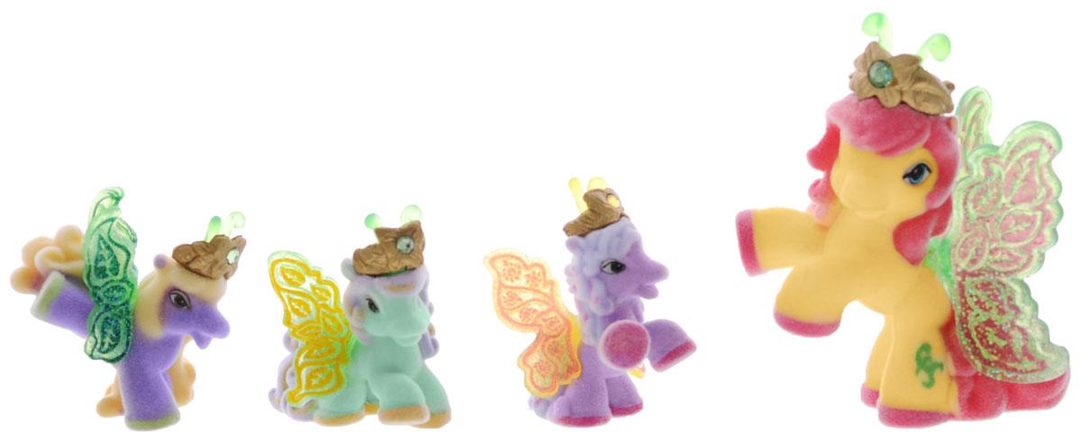 Filly Набор фигурок Волшебная семья Emmaemma/astM770041-3850Набор фигурок Filly Волшебная семья Emma придется по вкусу вашей дочурке, ведь все девочки обожают волшебных лошадок Filly! Набор включает большую фигурку лошадки Эммы и фигурки трех жеребят. Также в набор входят 4 карточки героев и красочный иллюстрированный буклет. Фигурки выполнены из прочного пластика и покрыта мягким флоком. У лошадки есть яркие полупрозрачные крылья, оформленные множеством сверкающих блесток. На крылышках каждой лошадки-бабочки изображен герб семейства, к которому они принадлежат. Лошадки-бабочки Filly живут в прекрасном саду посреди волшебного леса Папиллия. Помимо крылышек бабочки, от обычных лошадок Филли отличаются также небольшими антеннами и короной со сверкающим кристаллом Swarovski на голове. Ваша дочурка с удовольствием будет играть с этим набором и устраивать настоящие волшебные приключения в мире лошадок-бабочек Filly. Фигурки очаровательных лошадок станут любимыми игрушками вашей малышки и займут достойное место в ее...
