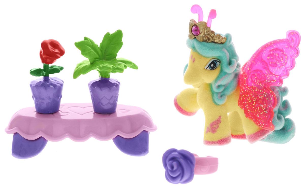Filly Игровой набор Бабочка AlyssaAlyssa/astM770138-3850Игровой набор Filly Бабочка Alyssa придется по вкусу вашей дочурке, ведь все девочки обожают волшебных лошадок Filly! Набор включает фигурку лошадки-бабочки Alyssa, столик, 2 горшочка с яркими цветами, зеркальце, кольцо для девочки, а также карточку персонажа и красочный буклет. Фигурка выполнена из прочного пластика и покрыта мягким флоком. У лошадки есть яркие полупрозрачные крылья, оформленные множеством сверкающих блесток. Лошадки-бабочки Filly живут в прекрасном саду посреди волшебного леса Папиллия. Помимо крылышек бабочки, от обычных лошадок Филли отличаются также небольшими антеннами и короной со сверкающим кристаллом Swarovski на голове. Ваша дочурка с удовольствием будет играть с этим набором и устраивать настоящие волшебные приключения в мире лошадок-бабочек Filly. Фигурка очаровательной лошадки станет любимой игрушкой вашей малышки и займет достойное место в ее личной коллекции.