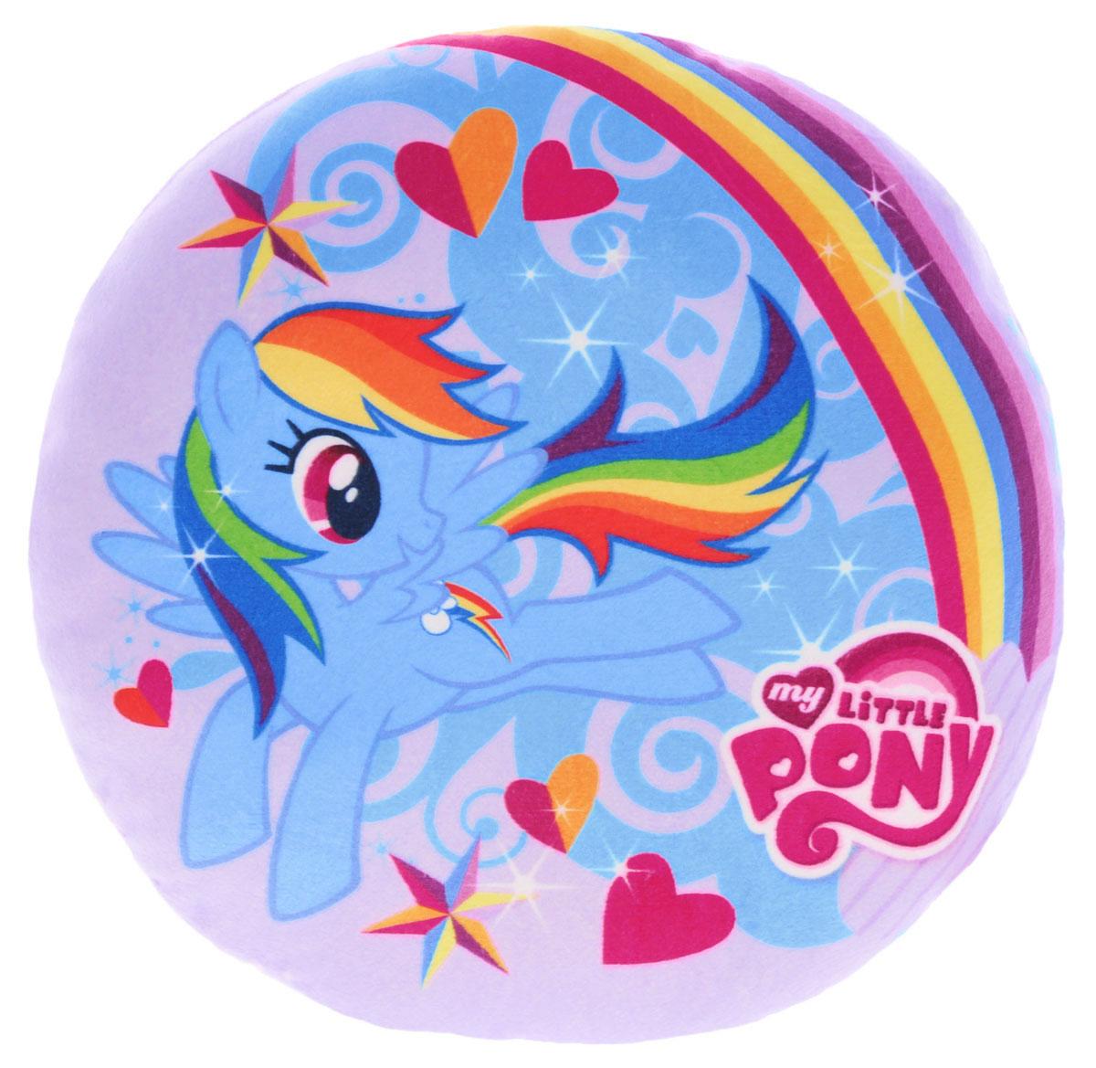 My Little Pony ПодушкаK33114AЯркая подушка My Little Pony в форме круга обязательно придется по душе маленьким любительницам волшебных пони. На подушке изображена пони Радуга, летящая по небу в окружении сердечек и звездочек. Эта мягкая подушка изготовлена из гипаллергенного материала, поэтому на ней можно лежать и даже сидеть. Благодаря своей красивой раскраске, подушку можно использовать, как часть интерьера. Ее можно стирать в прохладной воде, а также сушить в машинке. При этом она не теряет форму и яркие цвета. Такая подушка непременно понравится вашей девочке.