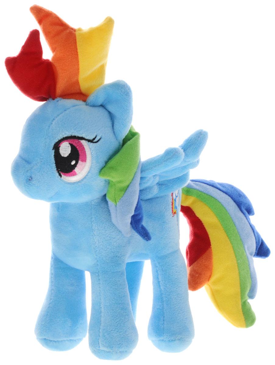 My Little Pony Мягкая игрушка Пони Рэйнбоу Дэш цвет голубой 22 смMLPE1DМягкая игрушка My Little Pony Пони Рэйнбоу Дэш выполнена в виде очаровательной пони нежно-голубого цвета с длинным радужным хвостом, разноцветной гривой. Игрушка изготовлена из высококачественного текстильного материала. Рэйнбоу Дэш - очень смелая, целеустремленная пони, она не любит проигрывать, зато обожает победы, скорость, а больше всего на свете она любит летать. Хобби Рэйнбоу - это, естественно, полеты и ее работа - очищение неба и устройство погоды в Понивилле. Удивительно мягкая игрушка принесет радость и подарит своему обладателю мгновения нежных объятий и приятных воспоминаний. Великолепное качество исполнения делают эту игрушку чудесным подарком к любому празднику.