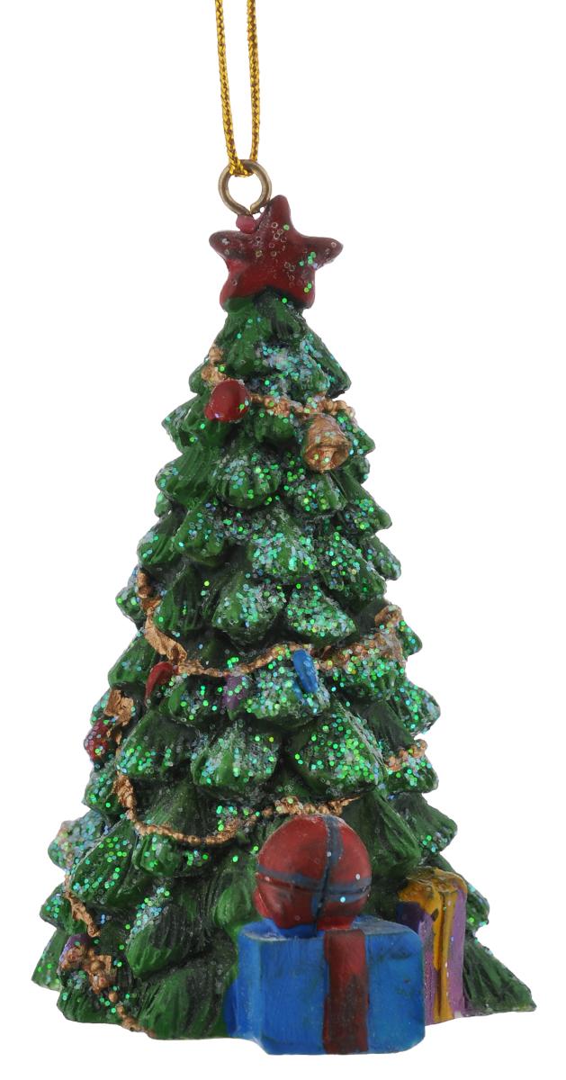 Новогоднее подвесное украшение Феникс-Презент, 9 см х 5,5 см38316Новогоднее украшение Феникс-Презент, изготовленное из высококачественной полирезины в виде елочки с подарками, прекрасно подойдет для праздничного декора дома и новогодней ели. Изделие декорировано игрушками и гирляндами. С помощью специальной текстильной петельки его можно повесить в любом понравившемся вам месте. Но, конечно, удачнее всего такая игрушка будет смотреться на праздничной елке. Елочная игрушка - символ Нового года. Она несет в себе волшебство и красоту праздника. Создайте в своем доме атмосферу веселья и радости, украшая новогоднюю елку нарядными игрушками, которые будут из года в год накапливать теплоту воспоминаний.