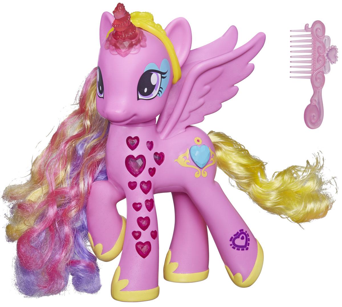 My Little Pony Фигурка Пони-модница Принцесса КаденсB1370121Фигурка My Little Pony Пони-модница Принцесса Каденс непременно понравится вашей малышке. Набор включает игрушку в виде очаровательной пони с аксессуарами. Фигурка выполнена из прочного пластика в виде яркой лошадки с большими крыльями. Ножки Каденс украшены полупрозрачными сердечками, а ее метка выполнена в виде кнопки. Нажмите на нее, и сердечки на ножках пони, а также ее прозрачный рог замигают красными огоньками, и Каденс споет или произнесет фразу из мультфильма. Вашей дочурке понравится расчесывать и заплетать длинную разноцветную гриву пони. Игры с пони поспособствуют развитию у ребенка фантазии и любознательности, помогут овладеть навыками общения, воспитают чувство ответственности и заботы. Порадуйте свою малышку таким замечательным подарком! Рекомендуется докупить 2 батарейки типа ААА (товар комплектуется демонстрационными).