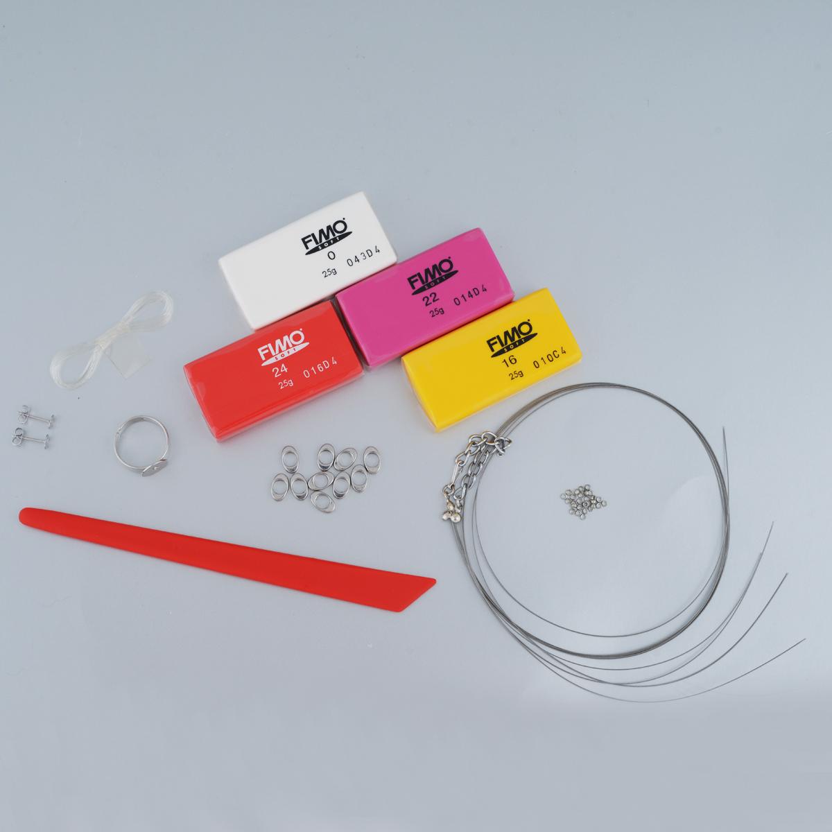 Набор для создания украшений Fimo Красные мечты8023-86Набор для создания украшений Fimo Красные мечты позволит своими руками сделать изысканные украшения, которые дополнят и подчеркнут ваш образ. В этот комплект входит все необходимое для создания украшений, в том числе и пошаговые инструкции. За небольшой период времени вы сможете преобразить эффектные цвета и замечательные идеи в своеобразное украшение, которое вызовет у многих восхищение! Глина, входящая в состав набора, обладает отличными пластичными свойствами, хорошо размягчается и лепится, цвета легко смешиваются между собой, благодаря чему можно создать огромное количество поделок любых оттенков. В домашних условиях готовое изделие выпекается в духовом шкафу при температуре 110°С в течении 15-30 минут. Отвердевшие изделия могут быть раскрашены акриловыми красками, покрыты лаком, склеены друг с другом или с другими материалами. В набор входит: - глина Fimo Soft (25 г): 4 шт.; - металлизированная леска для ожерелья...