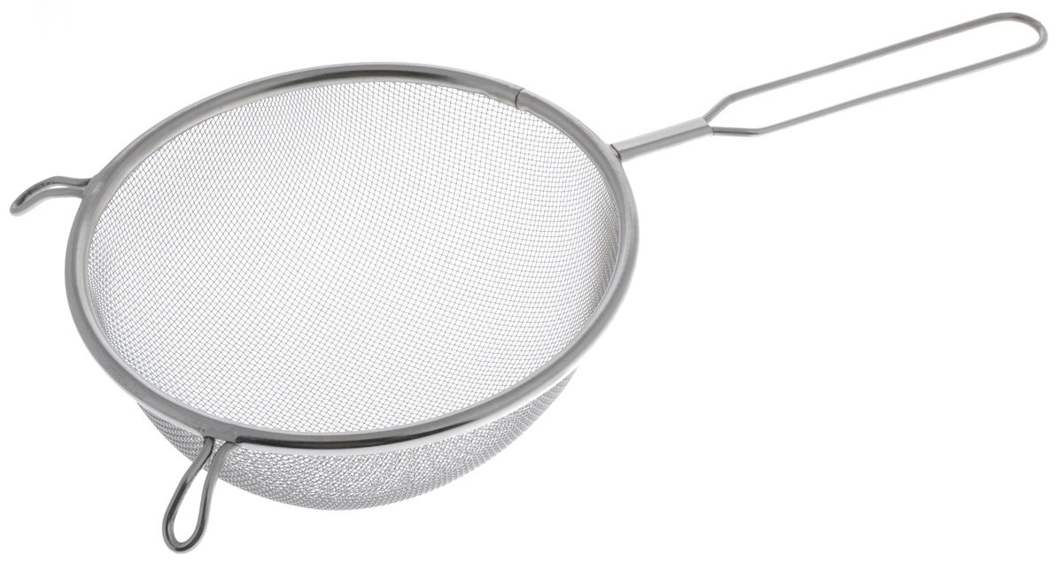 Сито Sam Mei, с ручкой, диаметр 16 смSM102-16Сито Sam Mei, выполненное из высококачественной нержавеющей стали, станет незаменимым аксессуаром на вашей кухне. Изделие идеально подходит для мытья и обсушивания салатов, зелени, овощей, фруктов и многого другого. Прочная стальная сетка и корпус обеспечивают изделию износостойкость и долговечность. Сито имеет эргономичную ручку и снабжено двумя отверстиями, благодаря которым изделие можно подвесить в удобном месте. Такое сито станет достойным дополнением к кухонному инвентарю. Диаметр рабочей поверхности: 16 см. Длина (с учетом ручки): 32 см. Высота стенок: 7 см.