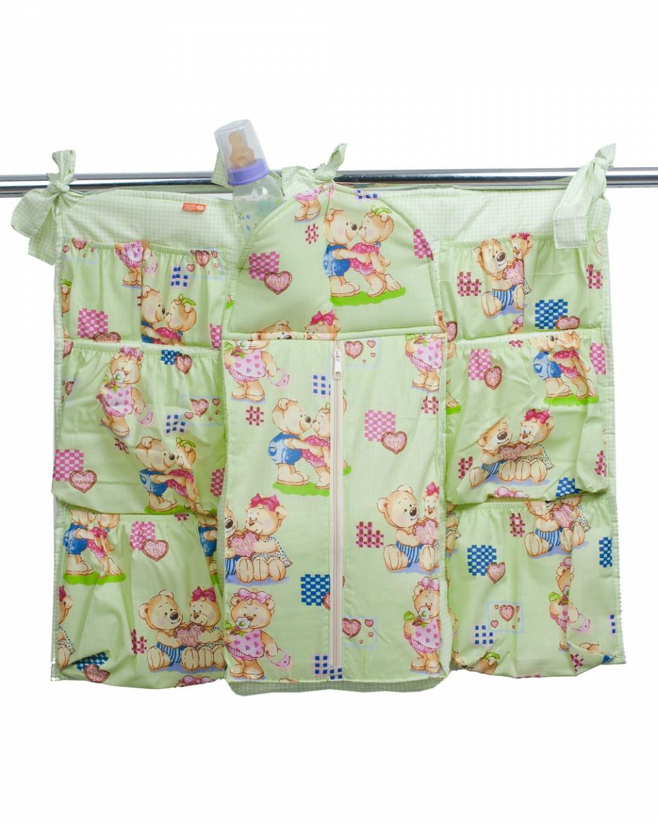 Чудо-Чадо Подвесные карманы в кроватку Мишутка цвет салатовыйКШК01-003_зеленыйУдобный и компактный карман на кроватку Мишутка сохранит маме время и силы. В нем все нужные мелочи будут всегда под рукой! Коврик-шкафчик имеет вместительный карман на молнии для памперсов, кармашки для хранения запасных пеленок и влажных салфеток, множество маленьких кармашков для предметов ухода за малышом (кремов, масел, присыпок, сосок), кофточек, штанишек, специальный утепленный кармашек для бутылочки. Маме не нужно будет искать их по всей комнате, благодаря продуманному дизайну любую вещь можно достать одной рукой. А специальные завязочки позволяют повесить карман Мишутка на любую детскую кроватку. Когда ребенок подрастёт - он сможет разместить в кармашках все свои любимые игрушки, с которыми так не хочется расставаться на ночь. Карман Мишутка выполнен из 100% хлопка, наполнитель - холлофайбер. Эти материалы обеспечивают гипоаллергенные свойства и делают подвесные карманы совершенно безопасными для малыша.