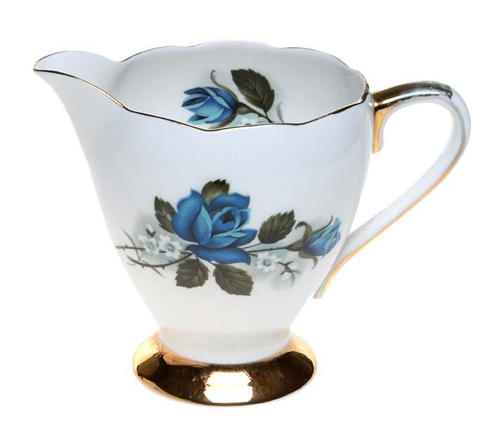 Молочник (сливочник) Синие розы. Фарфор, деколь, золочение. Gladstone, Великобритания, вторая половина ХХ векаОС27728Молочник (сливочник) Синие розы. Фарфор, деколь, золочение. Маркировка: подглазурное клеймо голубого цвета Gladstone. Fine bone china. Stafforshire. England Датировка: Великобритания, вторая половина ХХ века. Размер: высота 10 см, диаметр тулова 7 см. Сохранность очень хорошая, без сколов и трещин, без повреждений.