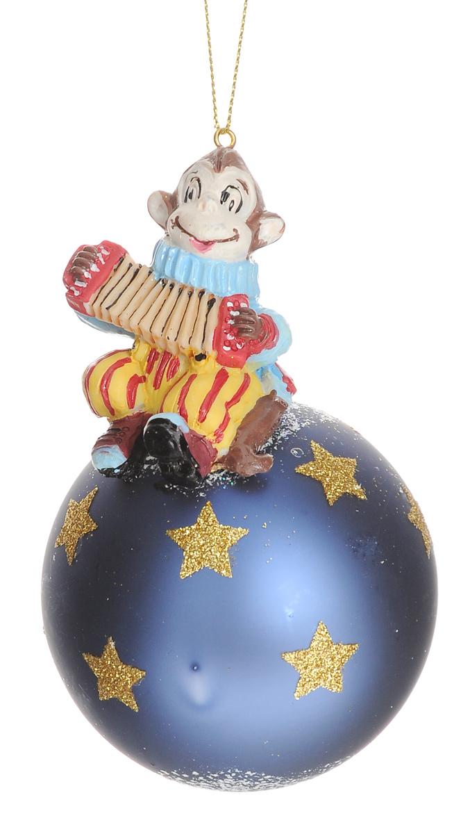 Новогоднее подвесное украшение Феникс-Презент Цирковая обезьянка, диаметр 8 см38423Новогоднее украшение Феникс-Презент Цирковая обезьянка отлично подойдет для декорации вашего дома и новогодней ели. Изделие, выполненное из стекла в виде елочного шара, оснащено забавной фигуркой обизьянки с гармошкой, изготовленной из полирезина. Украшение, декорированное блестками, оснащено специальной петелькой для подвешивания. Елочная игрушка - символ Нового года. Она несет в себе волшебство и красоту праздника. Создайте в своем доме атмосферу веселья и радости, украшая всей семьей новогоднюю елку нарядными игрушками, которые будут из года в год накапливать теплоту воспоминаний. Размер изделия (с учетом фигурки): 13 см х 8 см х 8 см.