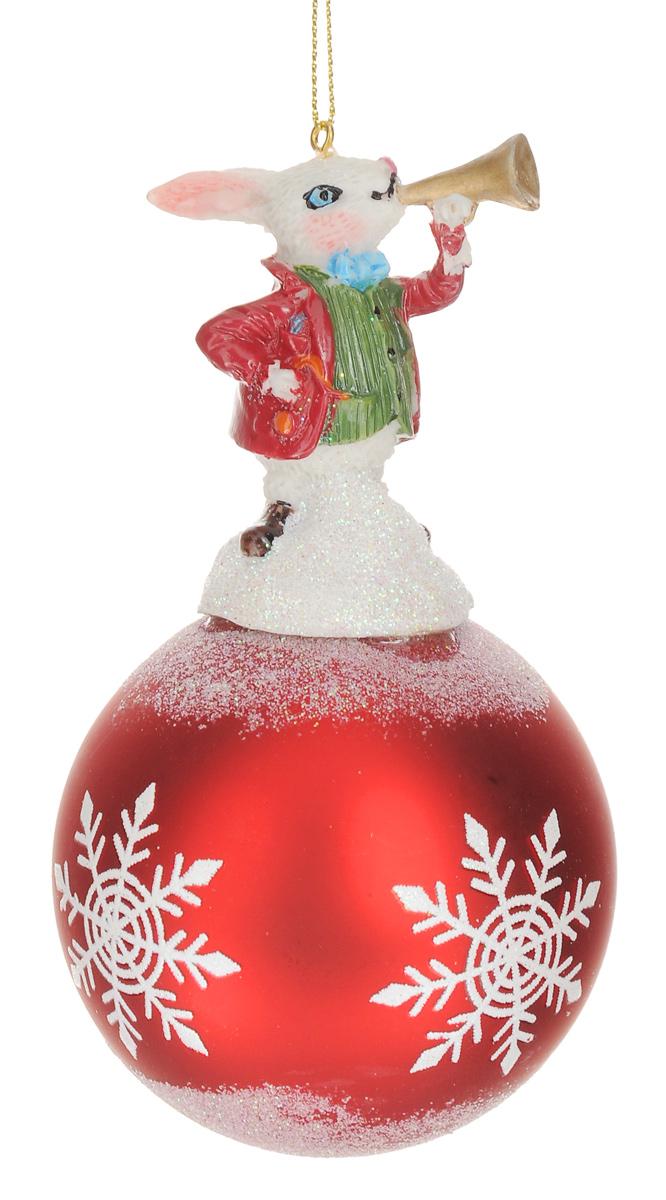 Новогоднее подвесное украшение Феникс-Презент Кролик, диаметр 8 см38426Новогоднее украшение Феникс-Презент Кролик отлично подойдет для декорации вашего дома и новогодней ели. Изделие, выполненное из стекла в виде елочного шара, оснащено забавной фигуркой кролика, изготовленной из полирезина. Украшение декорировано рисунком снежинок и оформлено блестками. Изделие оснащено специальной петелькой для подвешивания. Елочная игрушка - символ Нового года. Она несет в себе волшебство и красоту праздника. Создайте в своем доме атмосферу веселья и радости, украшая всей семьей новогоднюю елку нарядными игрушками, которые будут из года в год накапливать теплоту воспоминаний. Размер изделия (с учетом фигурки): 14,5 см х 8 см х 8 см.