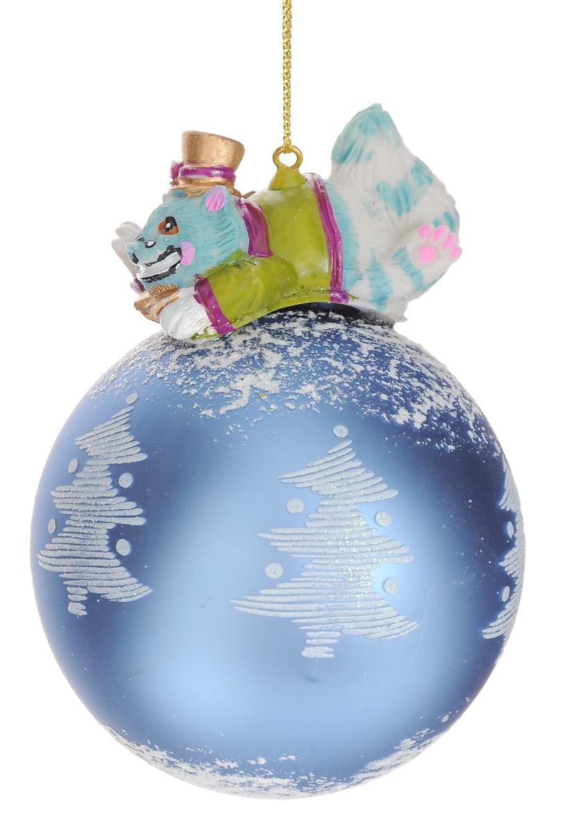Новогоднее подвесное украшение Феникс-Презент Чеширский кот, диаметр 8 см38427Новогоднее украшение Феникс-Презент Чеширский кот отлично подойдет для декорации вашего дома и новогодней ели. Изделие, выполненное из стекла в виде елочного шара, оснащено сказочной фигуркой кота, изготовленной из полирезина. Изделие, декорированное блестками, оснащено текстильной петелькой для подвешивания. Елочная игрушка - символ Нового года. Она несет в себе волшебство и красоту праздника. Создайте в своем доме атмосферу веселья и радости, украшая всей семьей новогоднюю елку нарядными игрушками, которые будут из года в год накапливать теплоту воспоминаний. Коллекция декоративных украшений из серии Magic Time принесет в ваш дом ни с чем не сравнимое ощущение волшебства! Размер изделия (с учетом фигурки): 11 см х 8 см х 8 см.