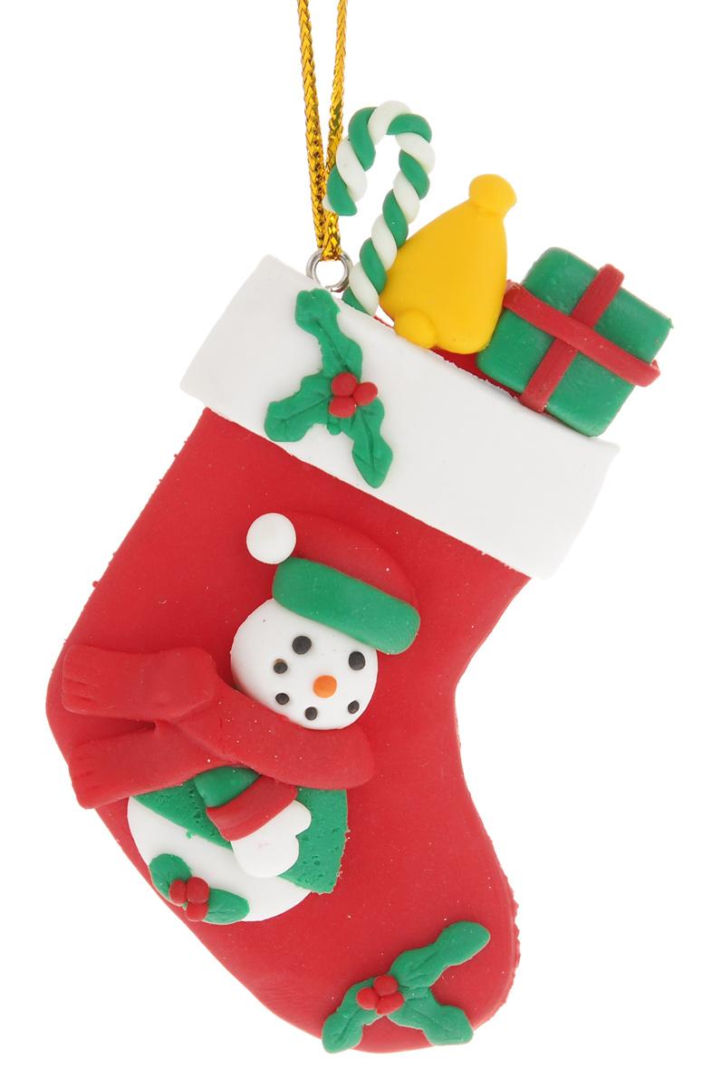 Новогоднее подвесное украшение EuroHouse Носок с подаркамиЕХ 9113Новогоднее украшение EuroHouse Носок с подарками, изготовленное из полимерной глины, отлично подойдет для декорации вашего дома и новогодней ели. Украшение выполнено в виде рождественского носка и оформлено забавным изображением снеговика с подарками. Изделие оснащено текстильной петелькой для подвешивания. Елочная игрушка - символ Нового года. Она несет в себе волшебство и красоту праздника. Создайте в своем доме атмосферу веселья и радости, украшая всей семьей новогоднюю елку нарядными игрушками, которые будут из года в год накапливать теплоту воспоминаний.