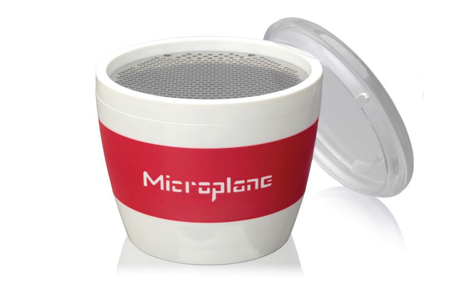 Терка-чашка для специй Microplane, с крышкой34100Оригинальная терка Microplane выполнена из пластика и нержавеющей стали. Изделие по форме напоминает чашку. В такой терке удобно натирать специи в блюдо. Съемная крышка позволяет сохранить натертые специи внутри. Можно мыть в посудомоечной машине.