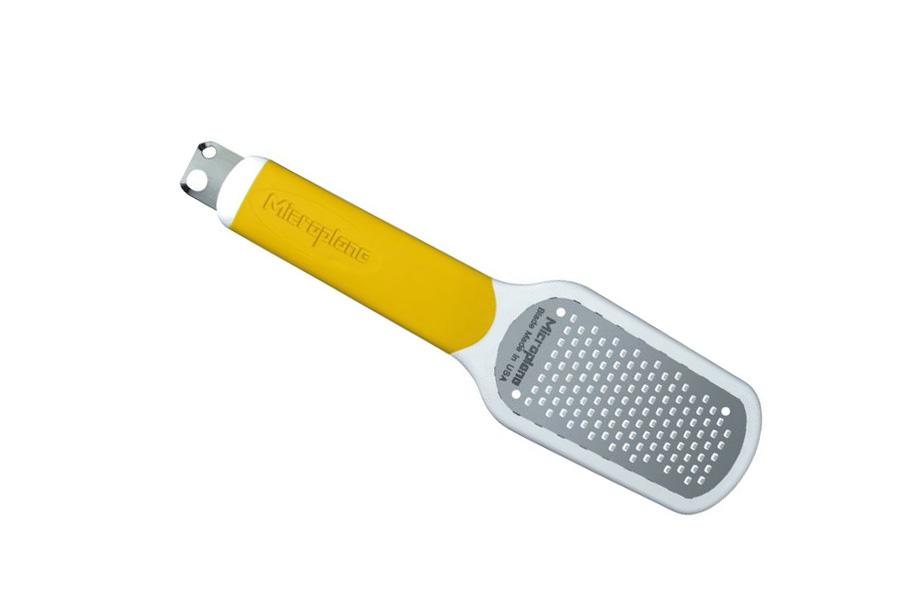 Терка для цедры Microplane, цвет: желтый34620Терка Microplane имеет 3 функции: натирание цедры лимона, очистка лимона, создание стружки (2 размеров). Лезвие выполнено из нержавеющей стали 302 с эргономичной резиновой рукояткой. В комплекте имеется защитный пластиковый чехол. Microplane - это легендарные американские терки. Продукцией Microplane пользуются все известные кулинары и повара всего мира, среди них знаменитый шеф-повар Джейми Оливер. Вся продукция Microplane производится на собственном заводе в США. Microplane используют самую качественную нержавеющую сталь. Благодаря уникальному химическому составу, продукция не окисляется и сохраняет большее количество витаминов и полезных веществ в продуктах. Для производства используются нержавеющие стали 410, 301 и 302 - идеальный материал для терок, поэтому продукция Microplane не тупится годами. Запатентованный процесс фотогравировки позволяет создать сверхострые лезвия для продукции.