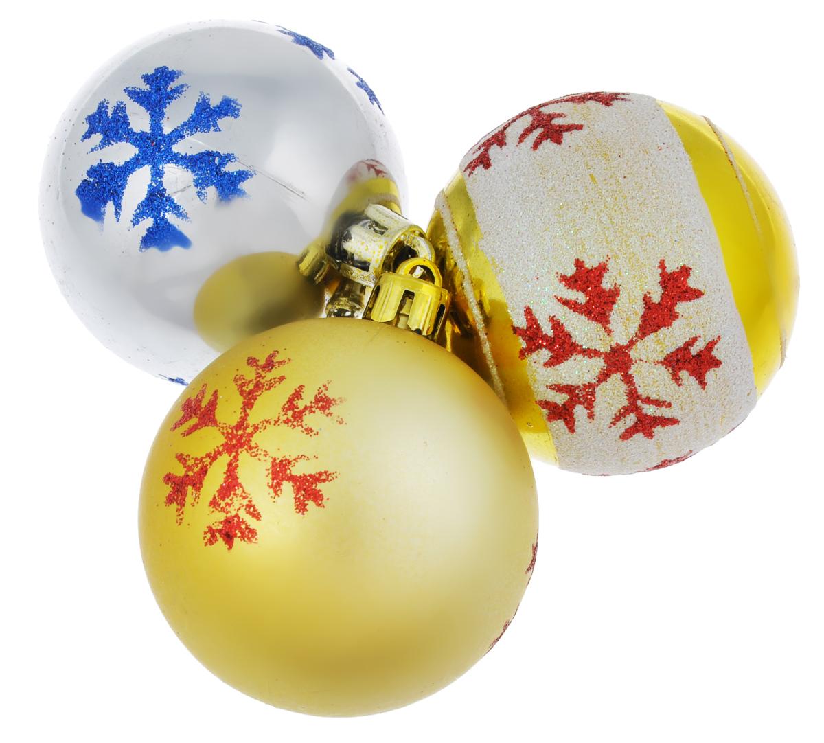 Набор новогодних подвесных украшений EuroHouse Снежинки, цвет: золотистый, красный, синий, диаметр 6 см, 3 шт. ЕХ9268_1ЕХ9268_1 золотистый/1 белый, золотистый/1 серебристыйНабор новогодних подвесных украшений EuroHouse Снежинки прекрасно подойдет для праздничного декора новогодней ели. Набор состоит из 3 пластиковых украшений в виде 1 глянцевого и 2 матовых шаров декорированных снежинками. Для удобного размещения на елке для каждого изделия предусмотрена текстильная петелька. Елочная игрушка - символ Нового года. Она несет в себе волшебство и красоту праздника. Создайте в своем доме атмосферу веселья и радости, украшая новогоднюю елку нарядными игрушками, которые будут из года в год накапливать теплоту воспоминаний.