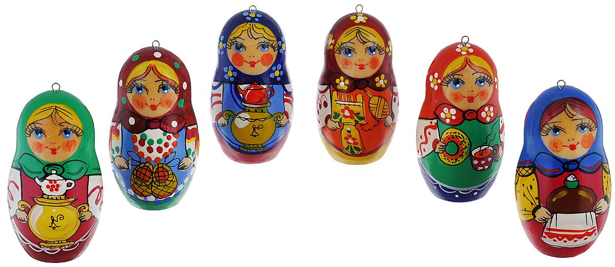 Набор елочных игрушек Матрешки-Чаепитие, цвет: мультиколор, 6 см, 6 шт. Ручная работанг.ва.кбНабор новогодних елочных игрушек Матрешки-Чаепитие прекрасно подойдет для праздничного декора новогодней ели. Набор состоит из 6 деревянных матрешек, расписанных вручную. Все матрешки отличаются друг от друга узором и цветом платка. Также каждая матрешка держит в руках различные предметы: каравай, бублик с чашечкой чая, самовар, лапти или прялку. Каждая игрушка оснащена металлическим крючком, через который можно пропустить петельку. Елочная игрушка - символ Нового года. Она несет в себе волшебство и красоту праздника. Создайте в своем доме атмосферу веселья и радости, украшая новогоднюю елку нарядными игрушками, которые будут из года в год накапливать теплоту воспоминаний. Откройте для себя удивительный мир сказок и грез. Почувствуйте волшебные минуты ожидания праздника, создайте новогоднее настроение вашим дорогим и близким. Высота украшений: 6 см.