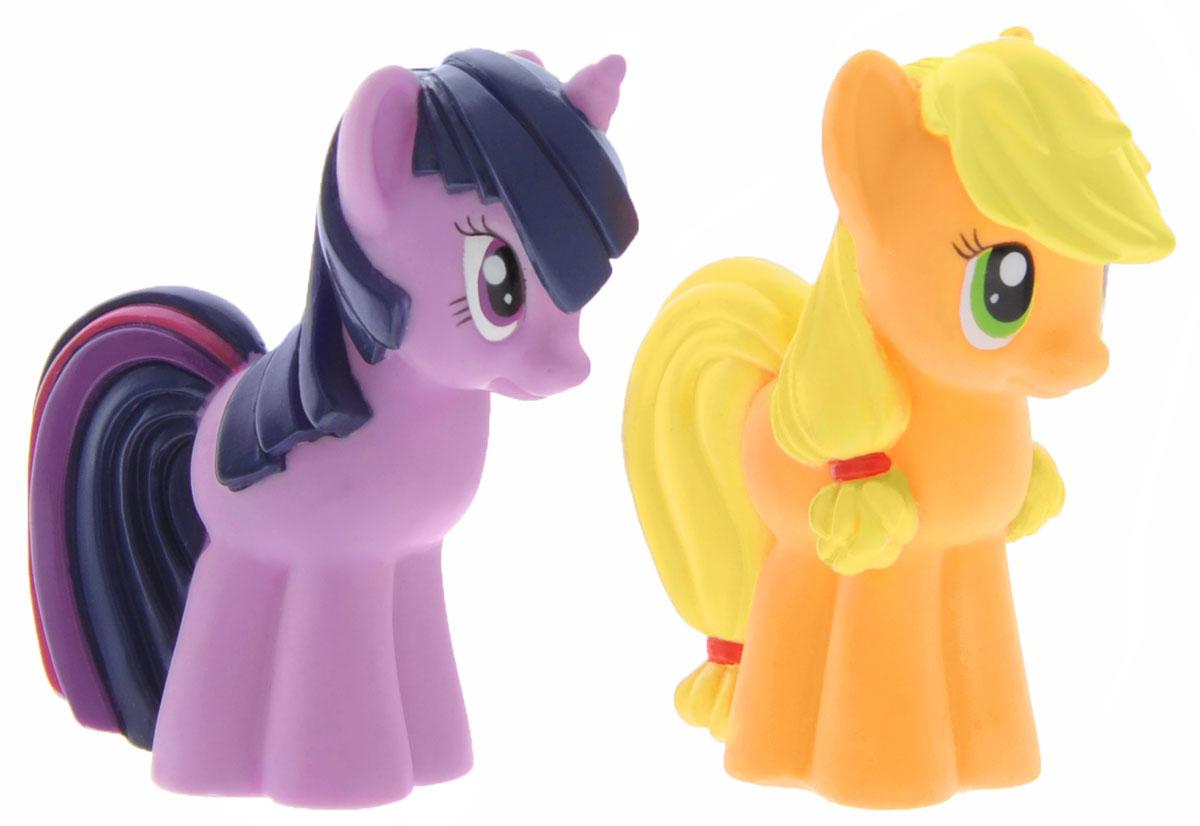 My Little Pony Набор игрушек для ванны Эппл Джек и Сумеречная ИскоркаGT7394Набор игрушек для ванны My Little Pony Эппл Джек и Сумеречная Искорка поможет ребенку окунуться в атмосферу волшебных приключений. Яркие игрушки выполнены из ПВХ-пластизоля в виде пони - надежной и верной пони Эппл Джек и единорога Сумеречной Искорки. Если сжать игрушки, раздастся веселый писк. Оригинальный стиль и великолепное качество исполнения делают этот набор чудесным подарком к любому празднику, а жизнерадостные образы представят такой подарок в самом лучшем свете.