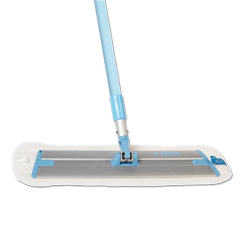 Швабра для уборки E-cloth, с телескопической ручкой20240Швабра для уборки E-cloth имеет легкое основание и телескопическую ручку, изготовленную из алюминия и пластика. Ручка швабры регулируется по длине. Комплектуется сменной насадкой, изготовленной из e-cloth волокон, которые эффективно удаляют загрязнения с любых твердых поверхностей без использования химических средств. Благодаря свойствам e-cloth волокон на поверхности не остается разводов и собранная грязь удерживается тканью до следующей стирки. Насадка выдерживает до 300 циклов стирки без потери эффективности. Оригинальная, современная, удобная E-cloth сделает уборку эффективнее и приятнее. После стирки изделие может потерять цвет. Первая стирка должна проводиться при температуре 60°С отдельно от тканей другого цвета. Длина ручки: 100-150 см. Размер съемной насадки: 45 см х 13,5 см.